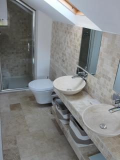 On-suite Matching Sinks and Walk in Shower - Heated Shelf