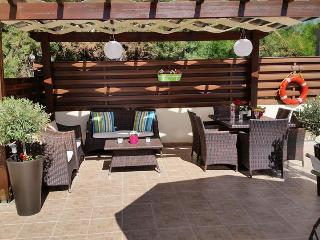 Shaded relax area - Dine in style